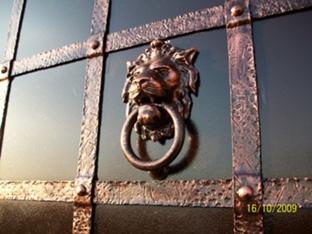 кованые входные двери со львом